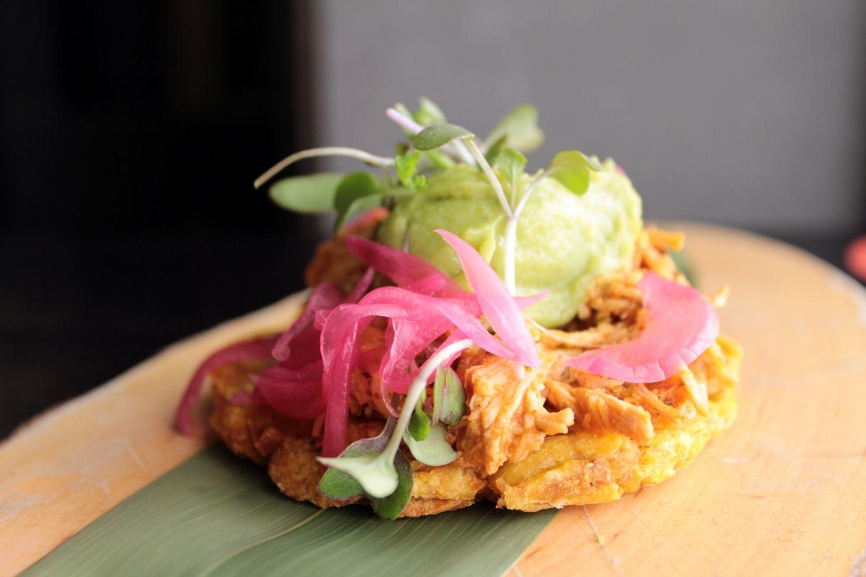 Patacón pisao de carnita de pollo asada con lima y cebolla