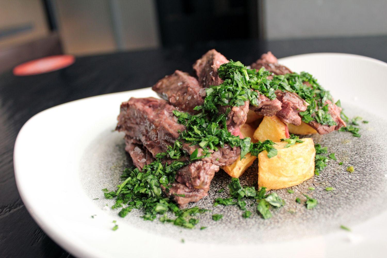 Entraña de Black Angus marinada y asada, patatas baby y sal ahumada
